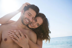 Smiling young couple embracing at beach Royalty Free Stock Photos