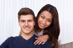 Smiling young couple at home Royalty Free Stock Photos