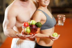 Smiling young couple with vegetables Royalty Free Stock Photography