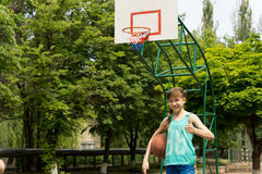 Smiling young female basketball player Royalty Free Stock Photos