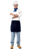 Smiling young male chef with arms crossed Royalty Free Stock Images