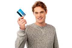 Smiling young man holding credit card Royalty Free Stock Photography