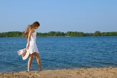Smiling young woman at the beach Royalty Free Stock Photography