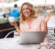 Smiling young woman with laptop Royalty Free Stock Photos