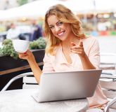 Smiling young woman with laptop Royalty Free Stock Images