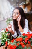Smiling young woman with mobile phone Royalty Free Stock Photos