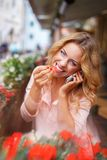 Smiling young woman with mobile phone Stock Photography