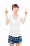 Smiling young woman pointing upwards Royalty Free Stock Images