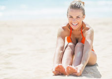 Smiling young woman relaxing on beach Royalty Free Stock Photography