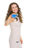 Smiling young woman showing credit card Royalty Free Stock Photography