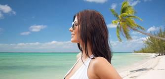 Smiling young woman with sunglasses on beach Royalty Free Stock Photos
