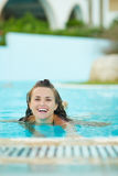 Smiling young woman swimming in pool Stock Photography