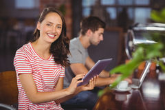 Smiling young woman using tablet computer Royalty Free Stock Photography
