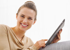 Smiling young woman using tablet pc Royalty Free Stock Photos