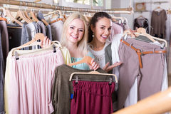 Smiling young women shopping Royalty Free Stock Photos