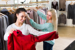 Smiling young women shopping Royalty Free Stock Photography