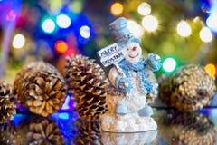 Smilingmerry bożych narodzeń bałwan z bożonarodzeniowe światła Obraz Royalty Free