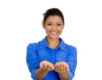 Smilingwoman con para arriba aumentadas las palmas arma en usted que ofrece algo Fotografía de archivo libre de regalías