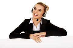 Smille centrum telefonicznego kobiety mienia pusty sztandar obrazy stock