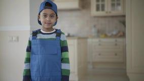 smilling一件蓝色制服的画象非裔美国人的男孩调查照相机 股票录像