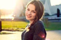 smilling在晴天的美丽的女孩 免版税图库摄影