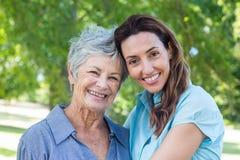 smilling的母亲和的祖母 库存照片