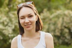 smilling闪光女孩的年轻人画象 免版税库存照片