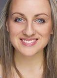 smilling年轻愉快的白肤金发的妇女画象  图库摄影