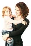 儿童smilling藏品的母亲 图库摄影