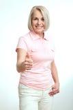 Smilling atrakcyjna w średnim wieku kobieta pokazuje aprobaty, ok odosobniony Fotografia Royalty Free