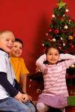 Smilling barn i jultid Royaltyfri Bild