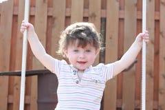 Smilling behandla som ett barn på tabellen Fotografering för Bildbyråer
