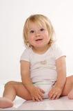 Smilling blondes kleines Mädchen im weißen T-Shirt Stockbild