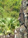 Smilling enfrenta no templo de Bayon em Angkor em Camboja Fotos de Stock