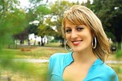 Smilling junge blonde Frau Stockbilder