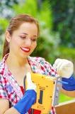 Smilling kobieta przystosowywa ostrze wyrzynarka Fotografia Stock