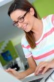 Smilling kobieta używa laptop w domu Zdjęcie Stock
