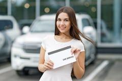 Smilling kobieta z zgoda samochodu usługa Fotografia Stock