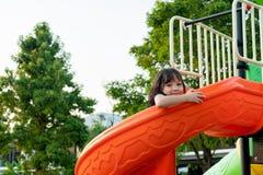Smilling Litte dziewczyna ma zabawę na boisku zdjęcie stock