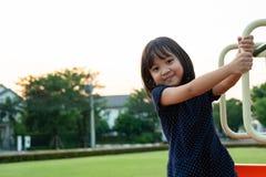 Smilling Litte dziewczyna ma zabawę na boisku fotografia royalty free