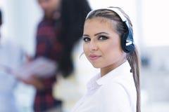 Smilling młoda biznesowa kobieta przed jej drużyną Zdjęcia Stock