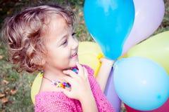 smilling meisje met kleurrijke ballons stock foto