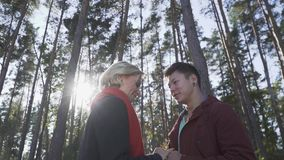 Smilling międzyrasowa para w miłości outdoors Azjatycki facet i caucasian dziewczyna na dacie Piękna międzyrasowa para wewnątrz zbiory wideo