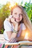 Smilling Piękna kobieta w świetle słonecznym Outdoors w lecie Fotografia Stock