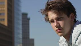 Smilling ung manlig stående utomhus stock video