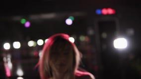 Smilling, zmysłowa dziewczyna ma zabawę w tana lustra studiu Dziewczyna taniec, chodzenie, twerking Długi z włosami twerk tancerz zbiory