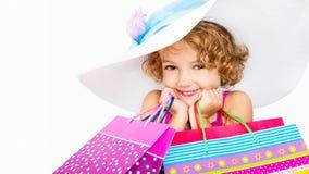 Smillingsmeisje met zakken het winkelen stock foto
