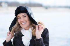 Smilng-Frau mit einem Hut Stockbilder