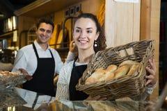 Smily итальянская женщина и симпатичный человек продавая очень вкусное pastr стоковая фотография rf