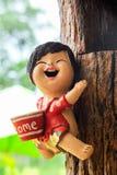 Smily Puppe auf der hölzernen Wand Stockbild